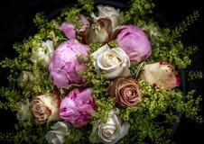 O casamento cor-de-rosa e amarelo floresce no fundo preto Fotos de Stock