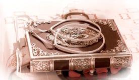 O casamento coroa na Bíblia do azevinho decorada em um gospel que prepara FO foto de stock