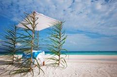 O casamento decorou a barraca na praia Imagens de Stock Royalty Free