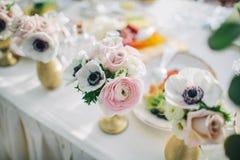 O casamento decorou flores no vasos no interior brilhante imagens de stock royalty free