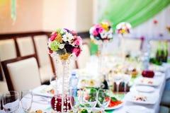 O casamento floresce as rosas e as margaridas brilhantes na tabela Imagens de Stock Royalty Free