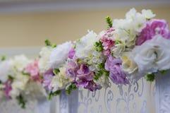 O casamento floresce a decoração no restaurante imagem de stock