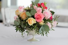 O casamento floresce em um vaso na tabela, decoração do casamento imagem de stock