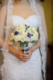 O casamento floresce, mulher que guarda o ramalhete colorido com suas mãos no dia do casamento Imagens de Stock