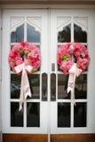 O casamento floresce na porta da rua de uma igreja foto de stock