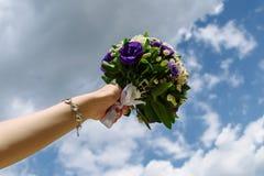 O casamento floresce a noiva, mulher que guarda o ramalhete colorido com suas mãos imagem de stock