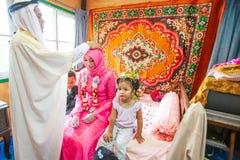 O casamento islâmico, noivo reza para a noiva Menino e menina, símbolo de f imagem de stock royalty free