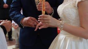 O casamento na igreja, noivos filme