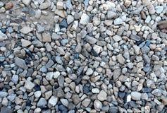 O cascalho cinzento cobre um solo de argila cinzento imagens de stock royalty free