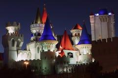 O casino do hotel de Excalibur nas luzes de tira de Las Vegas acima na noite fotografia de stock