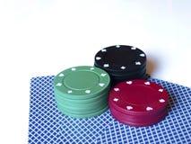 O casino lasca-se/símbolo e cartões no fundo branco Foto de Stock Royalty Free