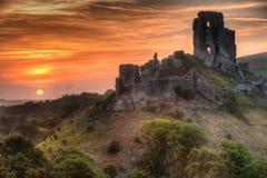 O castelo arruina a paisagem com nascer do sol vibrante brilhante Imagem de Stock Royalty Free