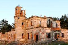 O castelo arruinado antigo com uma torre imagens de stock royalty free