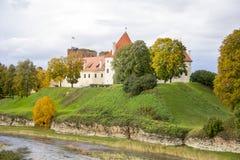 O castelo da ordem do Livonia foi construído no meio do século XV Bauska Letónia no outono Fotos de Stock Royalty Free