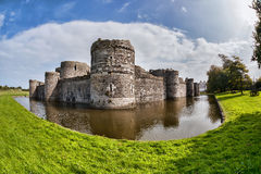 O castelo de Beaumaris em Anglesey, Gales norte, Reino Unido, série de Walesh fortifica fotos de stock