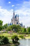 O castelo de Cinderella no mundo de Disney foto de stock