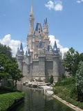 O castelo de Cinderella que está orgulhoso sob o céu azul em Disney Worl Imagens de Stock Royalty Free