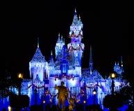 O castelo de Disney sparkles com a mágica do Natal foto de stock