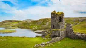 O castelo de Dunlough, ruínas em três castelos dirige, na península de Mizen fotos de stock