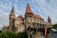 O castelo de Hunyad, igualmente conhecido como o castelo de Corvin, a Transilvânia foto de stock