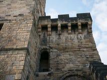 O castelo de Newcastle mantém-se, entrada lateral com a alvenaria antiga original e muralhas fotos de stock