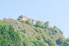 O castelo de Poenari, conhecido como a citadela de Poenari, arruinou o castelo em Romênia, conexão a Vlad III o Impaler imagens de stock