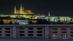 O castelo de Praga iluminado na noite sobre o rio Vltava Moldau com tráfego arrasta o timelapse vídeos de arquivo