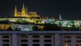 O castelo de Praga iluminado na noite sobre o rio Vltava Moldau com tráfego arrasta o timelapse video estoque