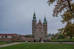 O castelo de Rosenborg e o ` s do rei jardinam em Copenhaga imagens de stock royalty free