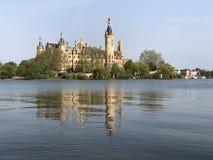 O castelo de Schwerin brilha na luz do sol quando o tempo ? muito bem imagem de stock royalty free