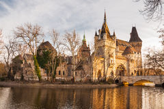 O castelo de Vajdahunyad é um castelo no parque da cidade de Budapest, Hungria Imagem de Stock