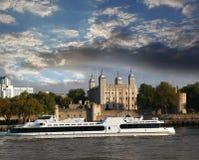 O castelo do monte da torre em Londres com barco Imagens de Stock Royalty Free