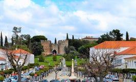 O castelo e a avenida foto de stock royalty free