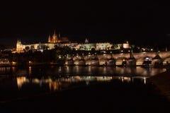 O castelo e o Charles Bridge de Praga na noite Foto de Stock Royalty Free