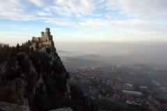 O castelo em uma montanha fotos de stock