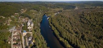 O castelo fortificado Montfort no rio de Dordogne, Vitrac, França imagens de stock
