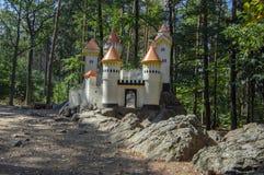 O castelo histórico romântico de Cat Castle diminuto com torres um campo de jogos das crianças perto da vila Slatinany na repúbli fotos de stock