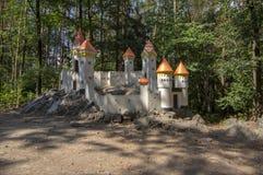 O castelo histórico romântico de Cat Castle diminuto com torres um campo de jogos das crianças perto da vila Slatinany na repúbli foto de stock