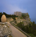 O castelo na névoa fotografia de stock royalty free