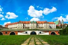 O castelo real em Varsóvia Vista do verso Dia de verão ensolarado com um céu azul imagens de stock