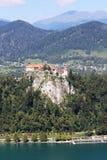 O castelo sangrado empoleirou-se no penhasco, Gorenjska, Eslovênia Fotografia de Stock