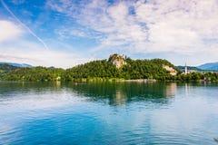 O castelo sangrado no lago sangrado em Eslovênia refletiu na água Foto de Stock