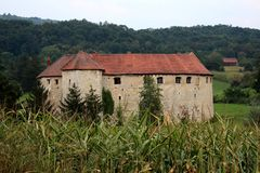O castelo velho Ribnik da cidade usou-se como a defesa contra os inimigos cercados com a floresta densa no fundo e o campo de mil fotografia de stock