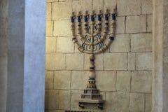 O castiçal do menorah na sinagoga fotografia de stock