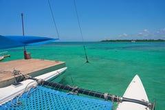 O catamarã do iate da navigação navega nas ondas no mar das caraíbas morno Sailboat sailing Cancun México Dia ensolarado do verão imagens de stock