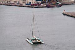 O catamarã está vindo abrigar Imagem de Stock