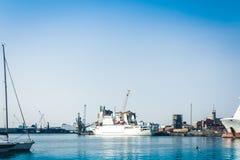O Catania Port Authority, seascape com barcos de vela, Sicília, Itália imagem de stock royalty free