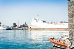 O Catania Port Authority, seascape com barcos de vela, Sicília, Itália fotos de stock royalty free