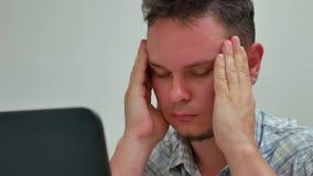 O Caucasian forçou o homem cansado e tem a dor de cabeça ou a enxaqueca no escritório filme