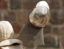 O cavaleiro carrega um capacete Fotografia de Stock Royalty Free